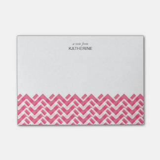 名前のピンクそして白い編まれたシェブロン ポストイット