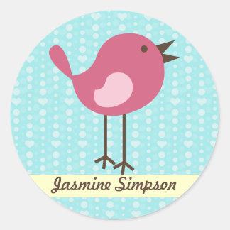 名前のラベルまたはステッカーのピンクの鳥-青いハートのデザイン ラウンドシール