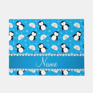名前をカスタムするのスカイブルーのペンギンのイグルーの雪片 ドアマット