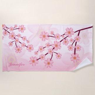 名前をカスタムするを用いるピンクの桜の開花の花の枝 ビーチタオル