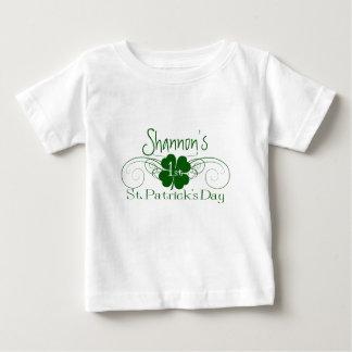 名前をカスタムする: 第1セントパトリックの日のシャムロックの渦巻 ベビーTシャツ