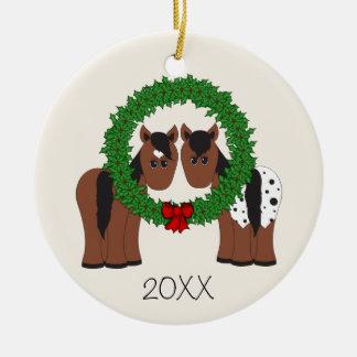 名前入りでかわいい馬のカップルのクリスマスのリース セラミックオーナメント