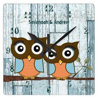 名前入りで古く素朴な水木製愛鳥のフクロウ スクエア壁時計