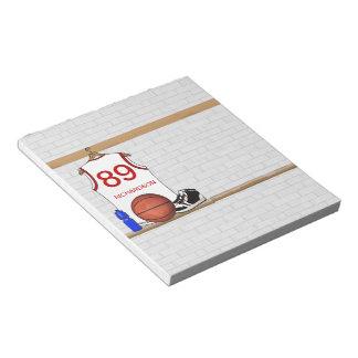 名前入りで白くおよび赤いバスケットボールジャージー ノートパッド