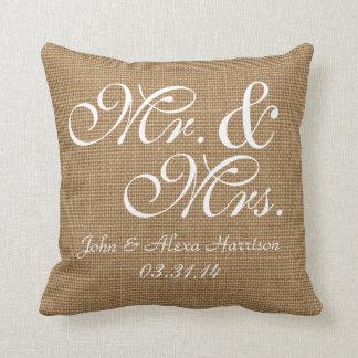 名前入りで素朴なバーラップ一見の結婚式の枕 クッション