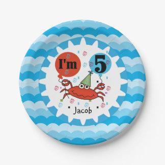 名前入りで赤いカニの第5誕生日の紙皿 ペーパープレート