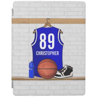 名前入りで青および白いバスケットボールジャージー iPadスマートカバー