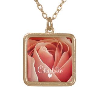 名前入りなかわいらしいモモのピンクのバラ愛ハート ゴールドプレートネックレス