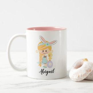 名前入りなイースターのウサギの女の子のひよこのマグのブロンドの女性 ツートーンマグカップ