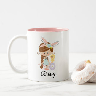 名前入りなイースターのウサギの女の子のマグのブルネットのひよこ ツートーンマグカップ