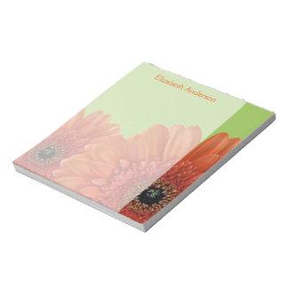 名前入りなオレンジガーベラのデイジーの緑のメモ帳 ノートパッド