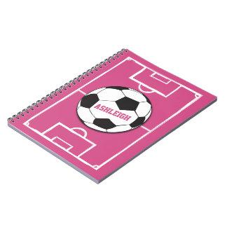 名前入りなサッカーボールおよび分野のピンク ノートブック