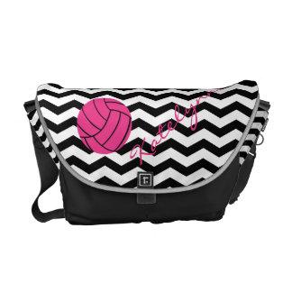 名前入りなシェブロンのピンクのバレーボールの急使のバッグ メッセンジャーバッグ