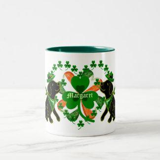 名前入りなセントパトリックの日の黒のラブラドール ツートーンマグカップ