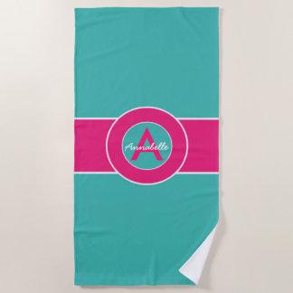 名前入りなティール(緑がかった色)のピンクのモノグラム ビーチタオル