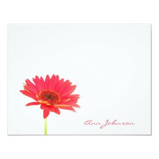 名前入りなデイジーの花の平らなメッセージカード カード