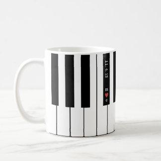 名前入りなハートのイニシャルはピアノマグをつなぎます コーヒーマグカップ