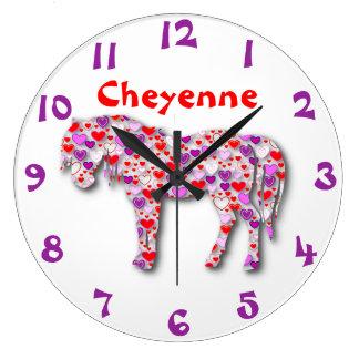 名前入りなハートの馬の紫色、ピンクおよび赤い子馬 ラージ壁時計