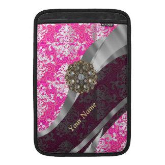 名前入りなピンクおよび白いダマスク織パターン MacBook スリーブ