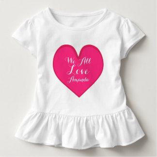 名前入りなピンクのハート、愛、ガーリーなTシャツ トドラーTシャツ