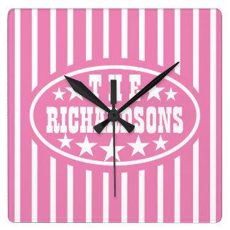 名前入りなピンクのヴィンテージのカーニバル スクエア壁時計