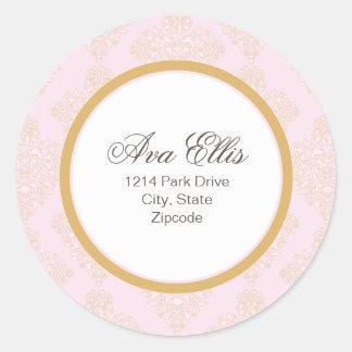 名前入りなピンクの宛名ラベルまたは商品のシール ラウンドシール
