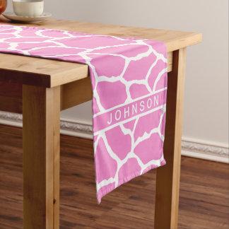 名前入りなピンクの白いキリンの皮パターン ショートテーブルランナー