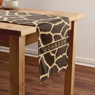 名前入りなブラウンのキリンの皮パターン ショートテーブルランナー