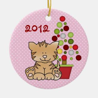名前入りなベビーの第1クリスマスの子猫猫の女の子 セラミックオーナメント