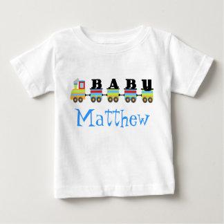 名前入りなベビーのMatthewの列車のギフト ベビーTシャツ