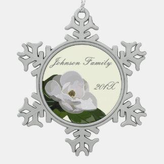 名前入りなマグノリアの花のクリスマス スノーフレークピューターオーナメント
