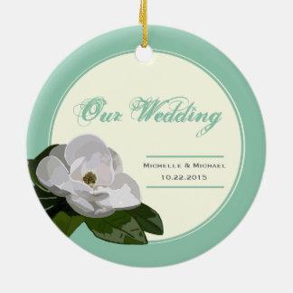 名前入りなマグノリアの花の結婚式のヒスイ緑 セラミックオーナメント
