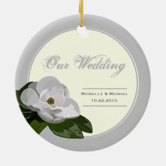 名前入りなマグノリアの花の結婚式の銀 セラミックオーナメント