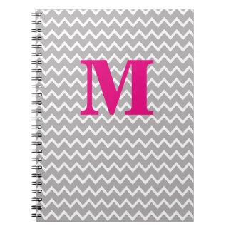 名前入りなモノグラムのショッキングピンク灰色の灰色のシェブロン ノートブック