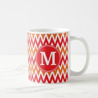 名前入りなモノグラムの蜜柑のオレンジ赤シェブロン コーヒーマグカップ