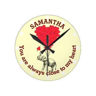 名前入りなロマンチックな象および赤いハート ラウンド壁時計