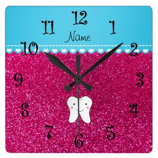 名前入りな一流のかわいい歯のピンクのグリッター スクエア壁時計