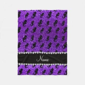 名前入りな一流のインディゴの紫色のグリッターのタツノオトシゴ フリースブランケット
