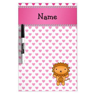 名前入りな一流のライオンのピンクのハートの水玉模様 ホワイトボード