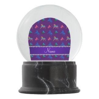 名前入りな一流の紫色のパターン(の模様が)あるな馬 スノーグローブ