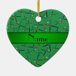 名前入りな一流の緑のフィールドホッケーパターン セラミックオーナメント