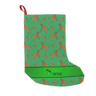 名前入りな一流の緑のRhodesianのridgeback犬 スモールクリスマスストッキング