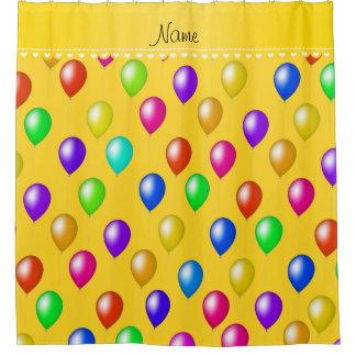 名前入りな一流の黄色い虹の誕生日の気球 シャワーカーテン