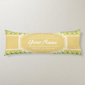 名前入りな一流の黄色およびティール(緑がかった色)のシカパターン| N ボディピロー