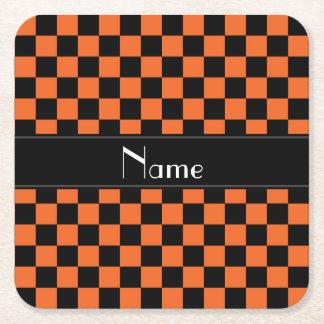 名前入りな一流の黒いおよびオレンジのチェッカー スクエアペーパーコースター