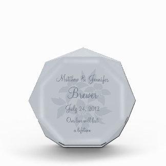 名前入りな灰色の結婚祝いの想い出の品のプラク 表彰盾