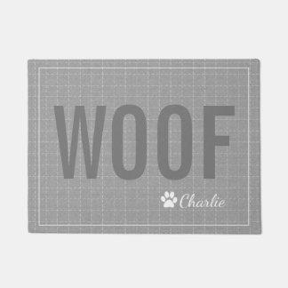 名前入りな灰色のWoof犬ペットマット ドアマット