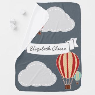 名前入りな熱気の気球及び雲の旅行者- ベビー ブランケット