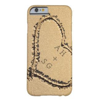 名前入りな砂のイニシャルのロマンチックなハート BARELY THERE iPhone 6 ケース