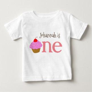 名前入りな第1誕生日の女の子のカップケーキのワイシャツ ベビーTシャツ